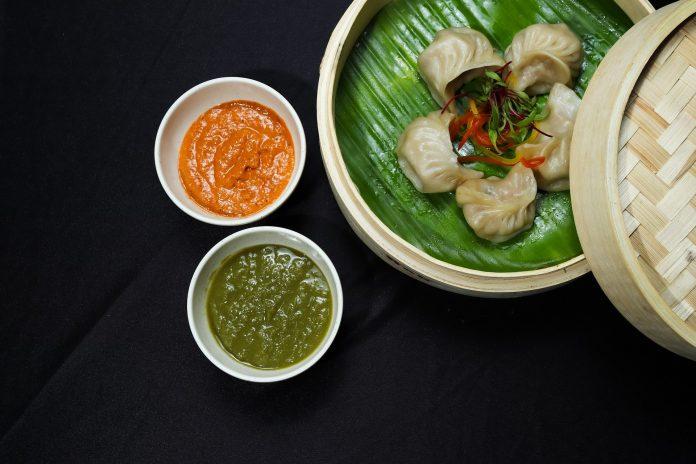 nykdaily-arushisana-momos-recipe-with-chutney-red-chilli-garlic
